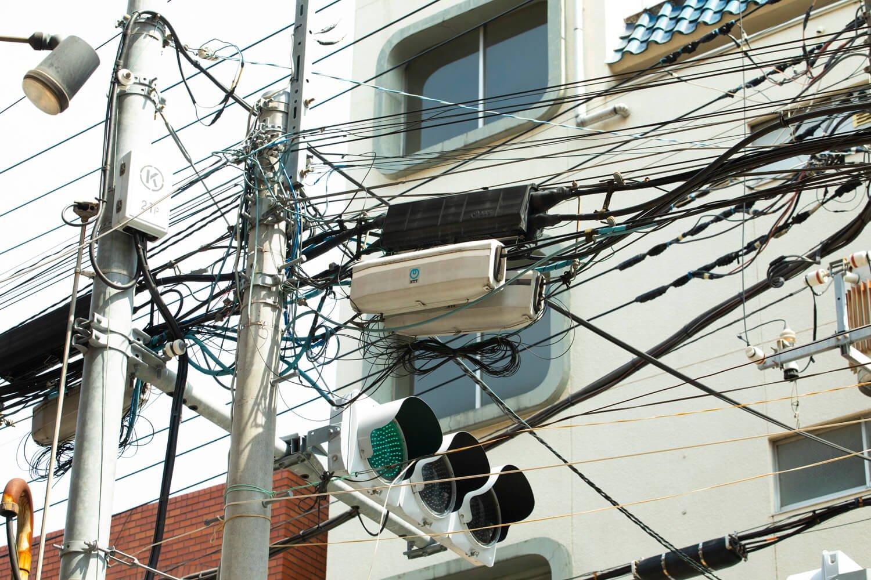 通信ケーブルをまとめたり、分岐させたりするもの。アナログ回線用が黒で光ファイバー用がグレー。