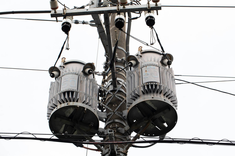 高圧線の6600Vから家庭用の100〜200Vに変圧する。メーカーや時代によって形が異なる。