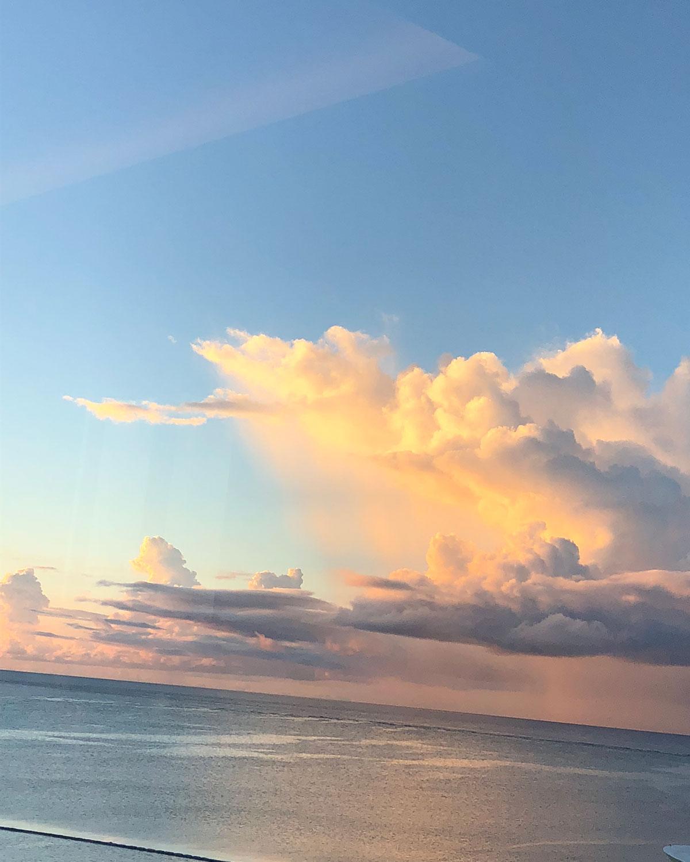 海上でよくみられる。海沿いでは陸と異なる雲が現れることも。