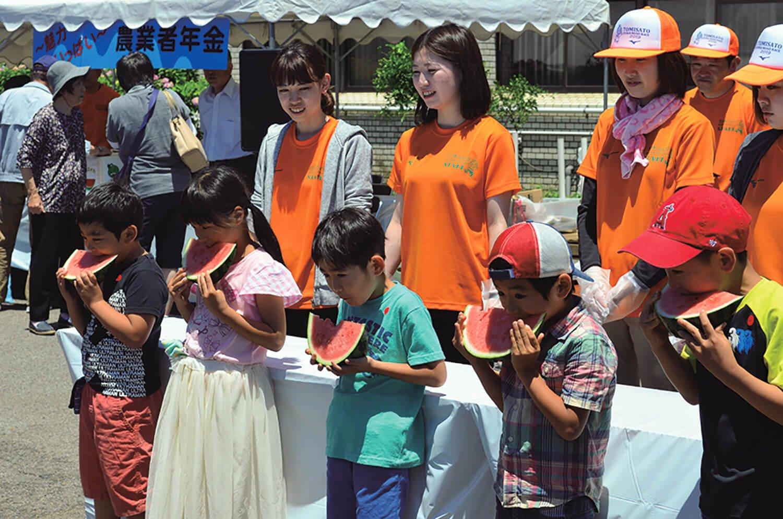 子供たちが笑顔でほおばる「すいかをきれいに早食い競争」。「志村けんさんの食べ方は禁止」のルールがあるとか。