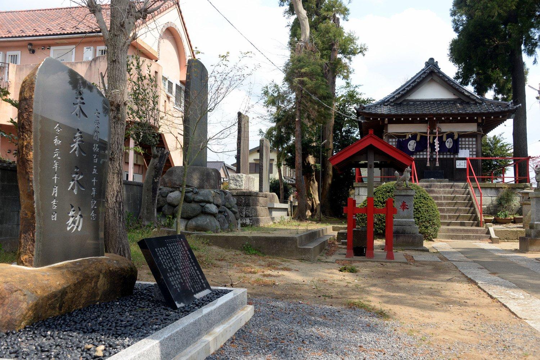 開拓50年、100年、150年の節目に建てられた記念碑が境内に並ぶ。