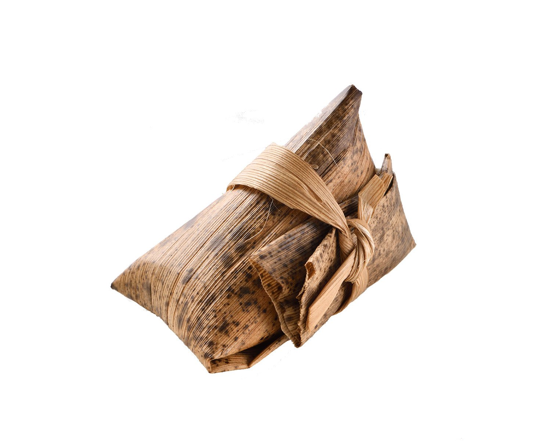 竹皮の中は餅米で作った鶏肉チマキ!