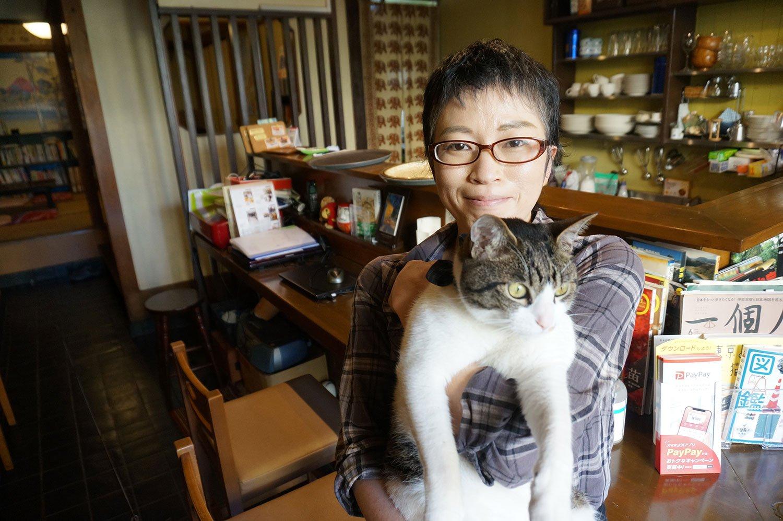 自宅でも猫を2匹飼っているという川島さん。ここで店を始めたのは「場所が青梅街道沿いだから」というのが決め手になった。