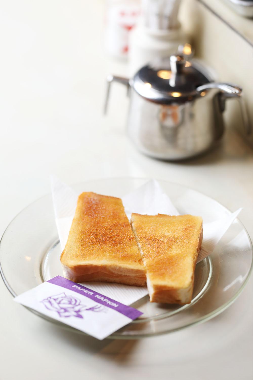 2枚3枚と注文する人も多いトースト110円。ブレンドコーヒー350円。