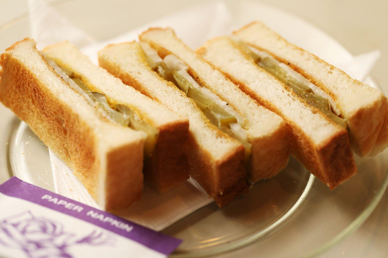 絶品マスタードが味を引き立てる名物オニオントースト280円。
