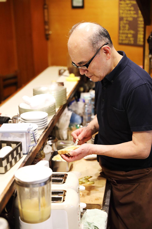 忙しい時には2台のトースターを駆使する店主・藤森さん。