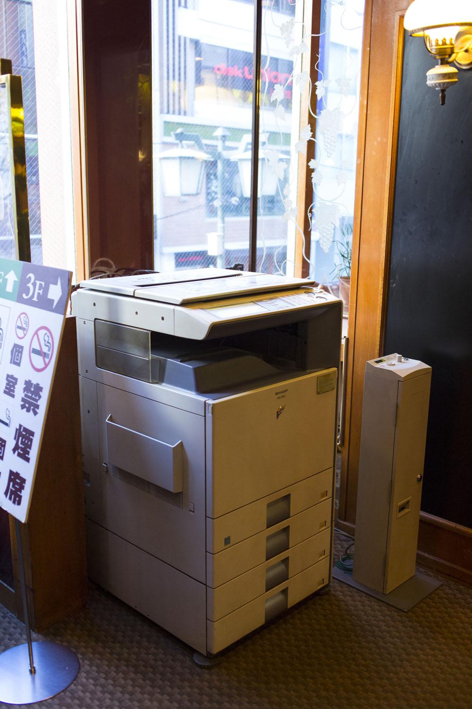 会議や打ち合わせに重宝する有料コピー機あり。