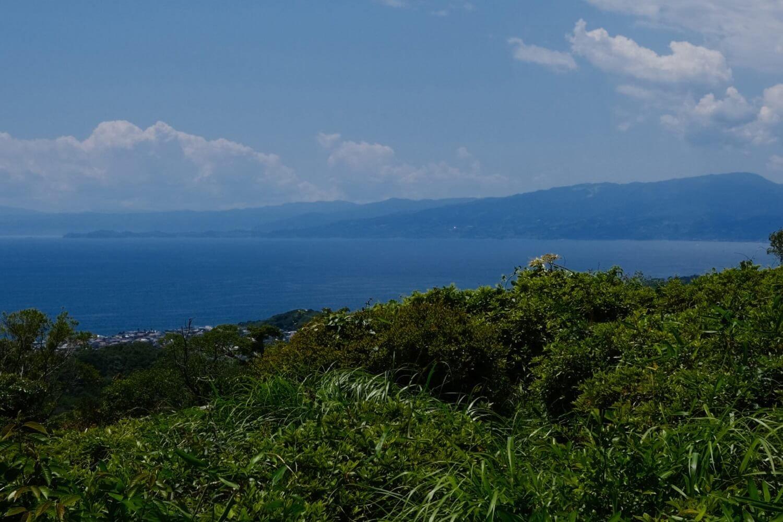 湘南平からの眺望は、相模湾、丹沢、富士山、三浦半島など。写真は小田原方面で、左手に真鶴半島が延びている。湘南平は展望がいいので、戦時中には高射砲のある軍事基地でもあった。 ●F6.4 ●1/1300秒 ●ISO160 ●Velvia