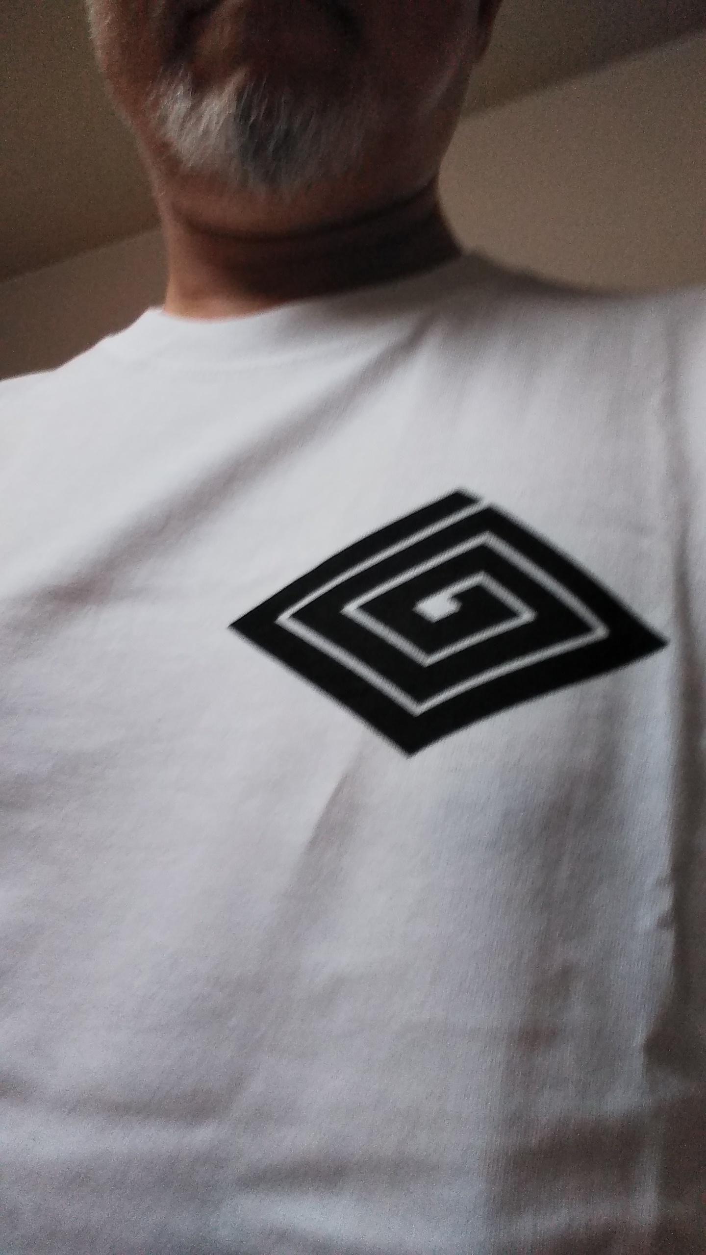 源公の3大アイテムと言えば前出の「鐘楼」「竹箒」と帝釈天の「袢纏」なのですが、袢纏の画像ゲットできず。代わりに柴又駅前の「らくがき工房 秀義八」さんで、題経寺の紋入りのTシャツを作ってもらいました。