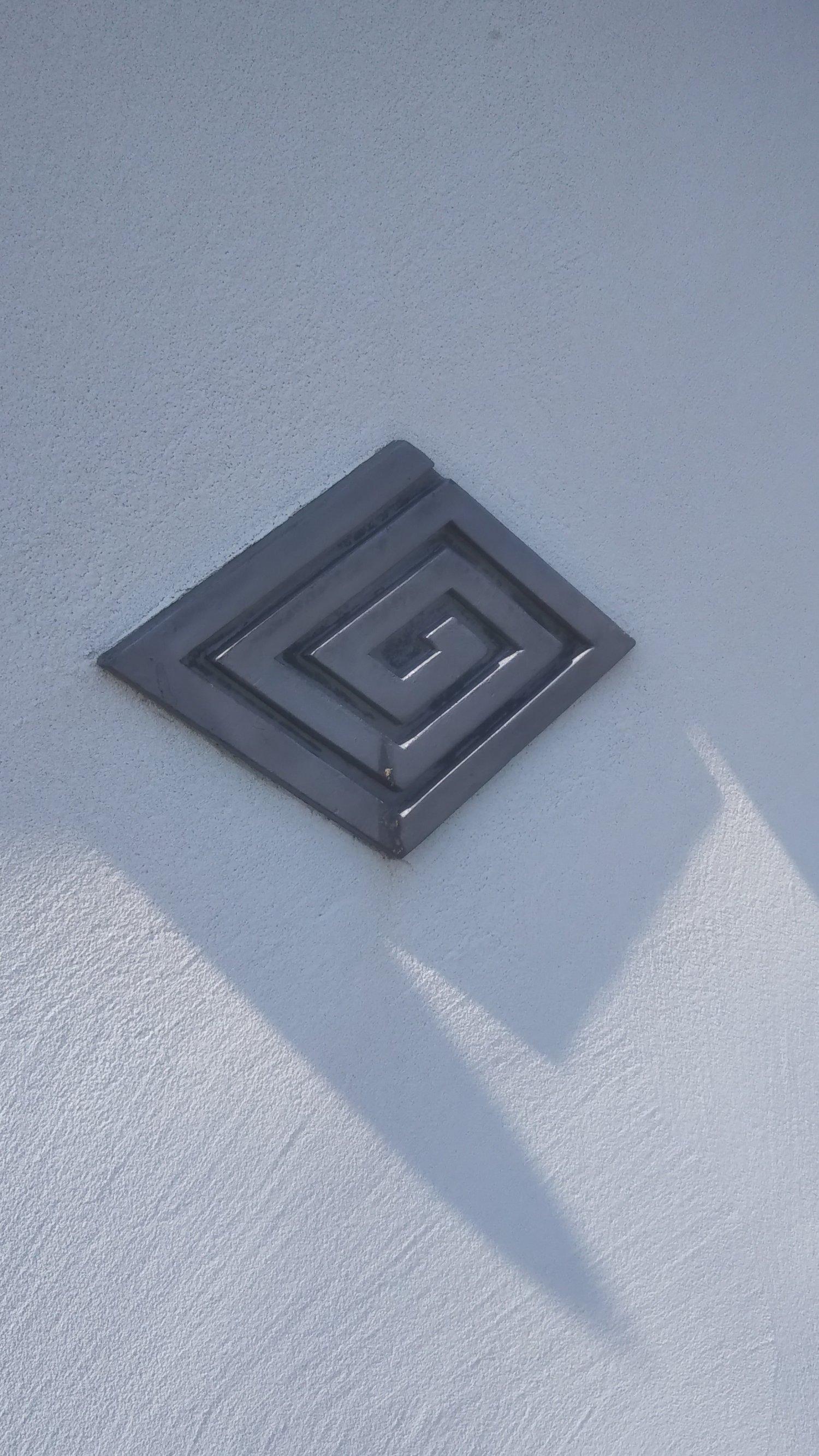 帝釈天題経寺の建造物などに施してあるひし形の渦巻き紋様は、同寺の紋。