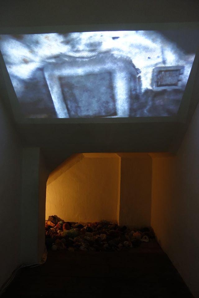奥野ビル地下1階の階段下では動画によるインスタレーションも行われている。
