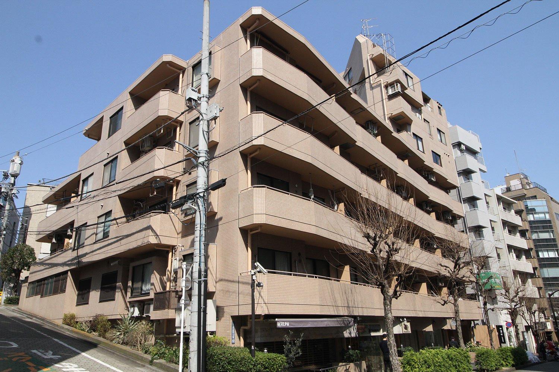 壁紙専門店『WALPA STORE TOKYO』などが一階に入っている「シャルマンコーポ恵比寿」。