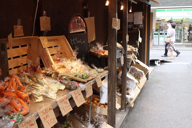 恵比寿駅徒歩すぐの路地裏で野菜や果物を無人販売する「ともちゃんの畑」。低農薬や有機栽培の青果も!