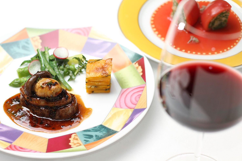 『モナリザ』の1万1000円のディナーコース(サービス料10%別)の二品の一例。牛フィレ肉のロッシーニ(1650円追加料金)とトマトのロザス仕立て。