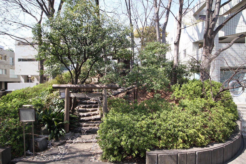 「ヒルサイドテラス」の敷地内には6~7世紀に造られた古墳、猿楽塚が現存。猿楽町の町名はこの塚が由来。