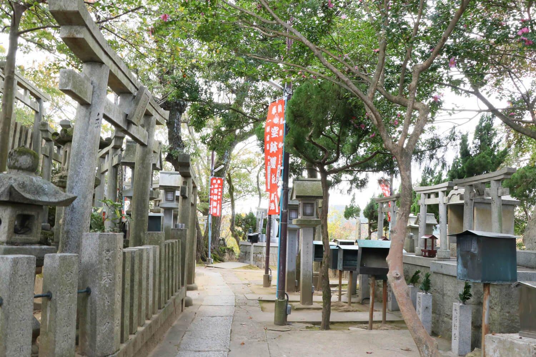 空鉢護法堂の周囲はビッシリと並んだ祠が護っている。