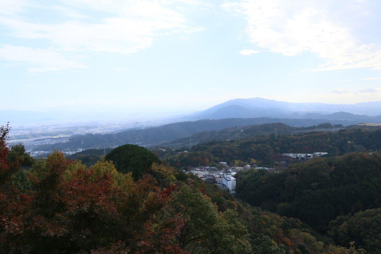 北東方面を望む。正面が生駒山地、その左が大阪平野。