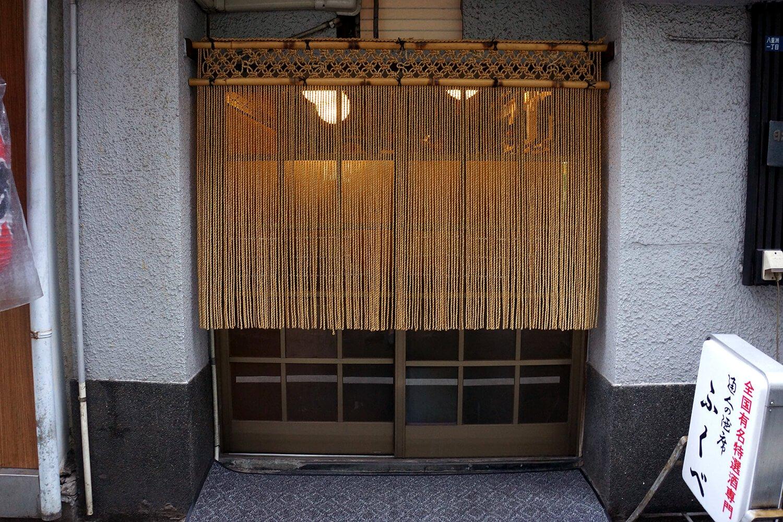 東京の粋が凝縮されたような店がまえだ。