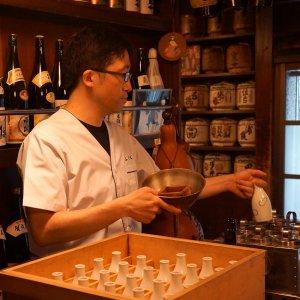 日本橋『ふくべ』~粋の象徴のような老舗酒場で、お燗の樽酒に酔う~