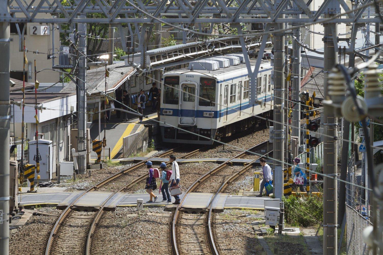 跨線橋や地下通路などがない駅は、ホーム間を行き来するための構内踏切がある。