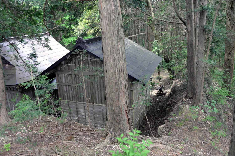 伯耆根(ほうきね)神社が鎮座する玉生要害山。土塁も城の遺構か。