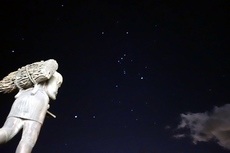 二宮金次郎像とオリオン座。星空のプログラムはぜひ体験したい。
