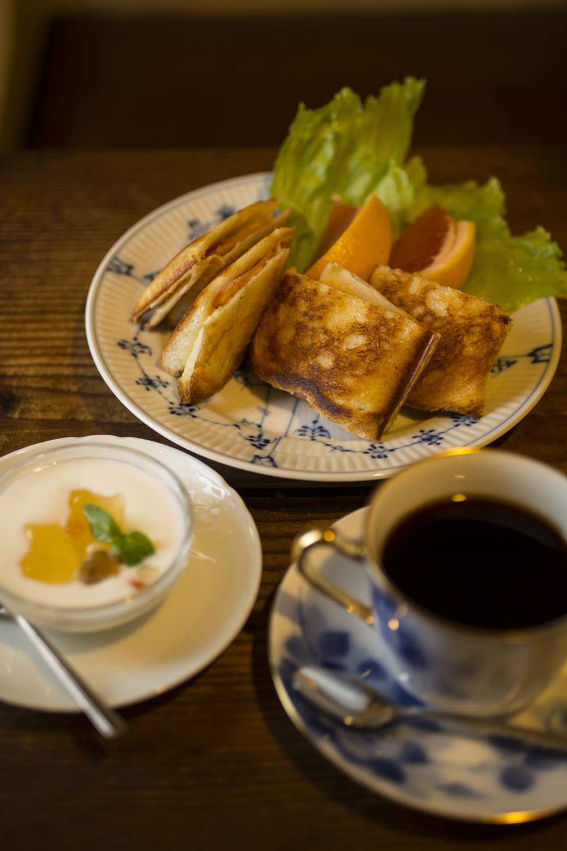 ブレンド500 円。クロックムッシュ700 円は、コンビーフとタマネギ、マッシュルームの手作りソースが決め手。虜になる。