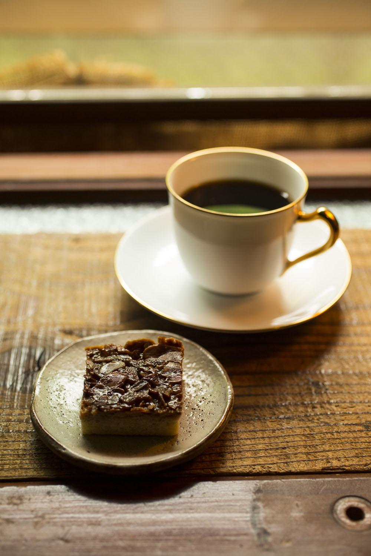 トムネコ ブレンド570円には手作りのフロランタン250円がよく合う。 コーヒーは4種類。藤沢『創作珈琲豆屋あんだんて』の焙煎豆を使用し、量り売りもする。