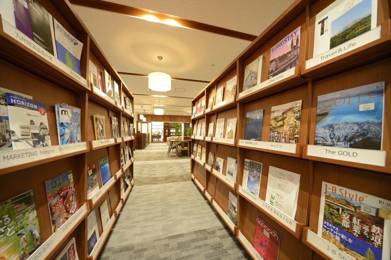 雑誌、機内誌などを閲覧できる1階ライブラリープラザ。