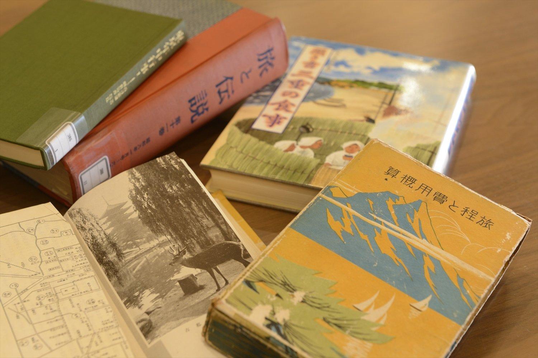 地下には書架や閲覧室があり、閲覧申請をすれば、古書や古い時刻表などの資料を見ることができる。