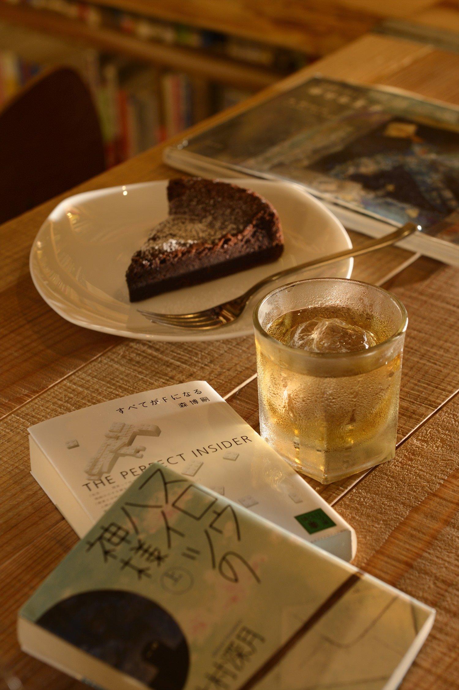 電気ブラン770円とチョコレートケーキ(昼:500円・夜:660円)のマリアージュも人気。