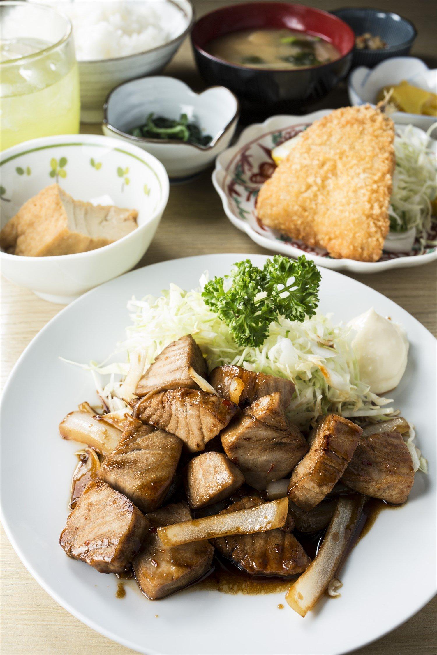 マグロころころステーキ定食(あじフライ1枚付)750円。 夜は酒とともに定食を楽しむ常連も多い。