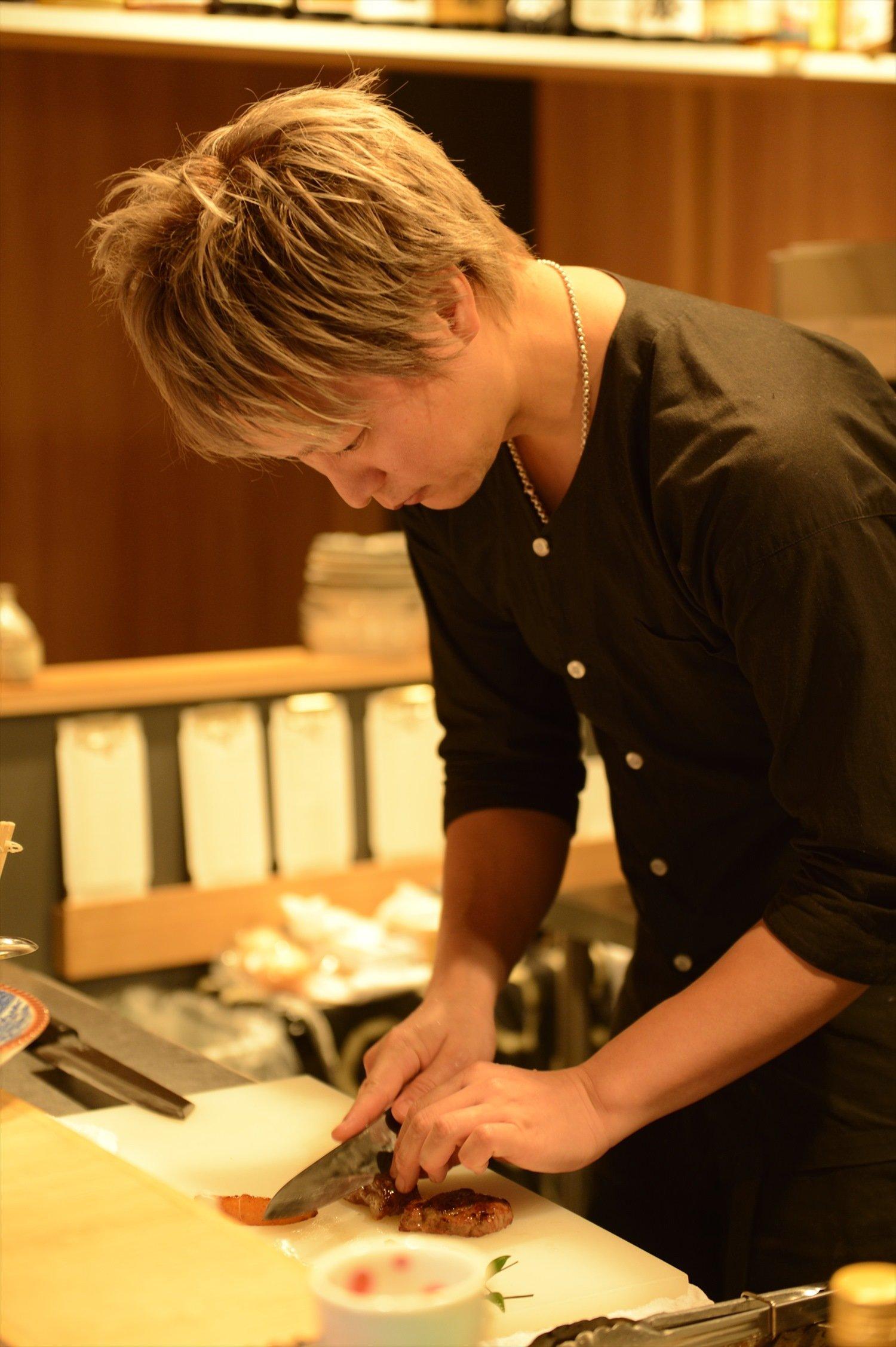 銀座の和食店やイタリアンで料理長を務めた田嶋さんは、唎酒師でもある。日本酒はいずれも120mlの値段。
