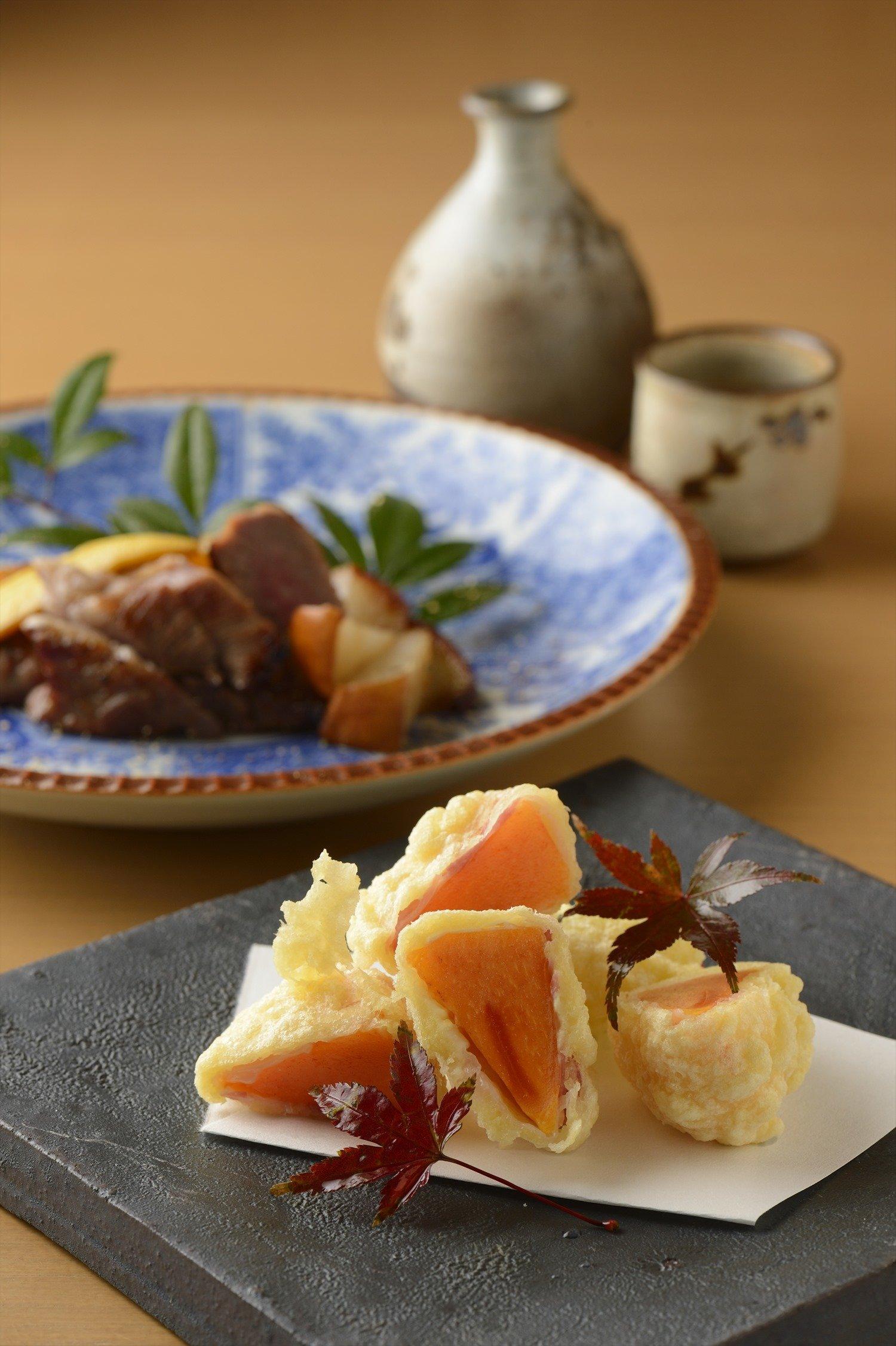 メニューは日替わり。果肉がとろける柿の天ぷら700円。ラム肩肉の麦味噌漬け 梨のソテー1300円。