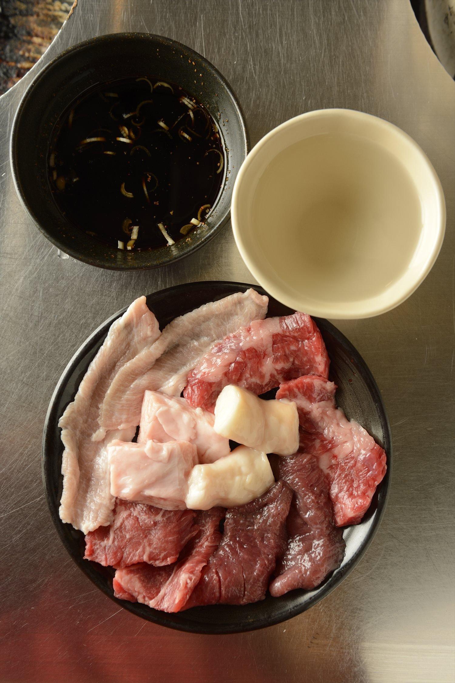 様々な部位を楽しめる本日の特選1皿500円。ポン酢でどうぞ。