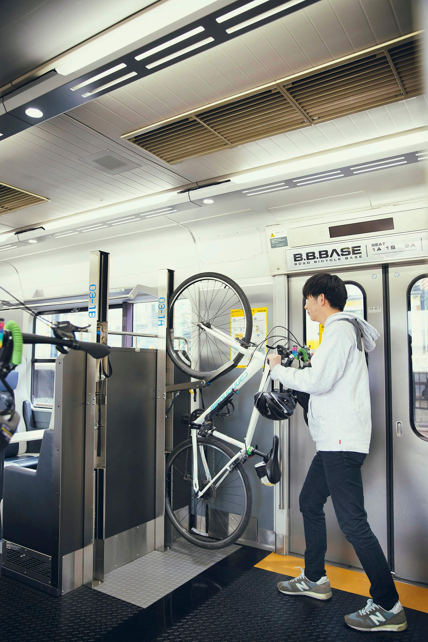 サイクルラックは前輪をかける簡単なタイプ。