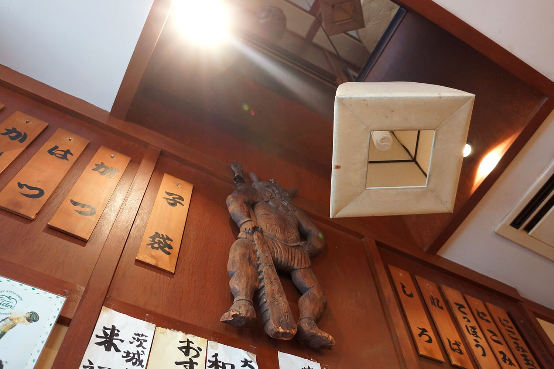 店内のあちこちに、歴史を感じる骨董品や看板が飾られている。