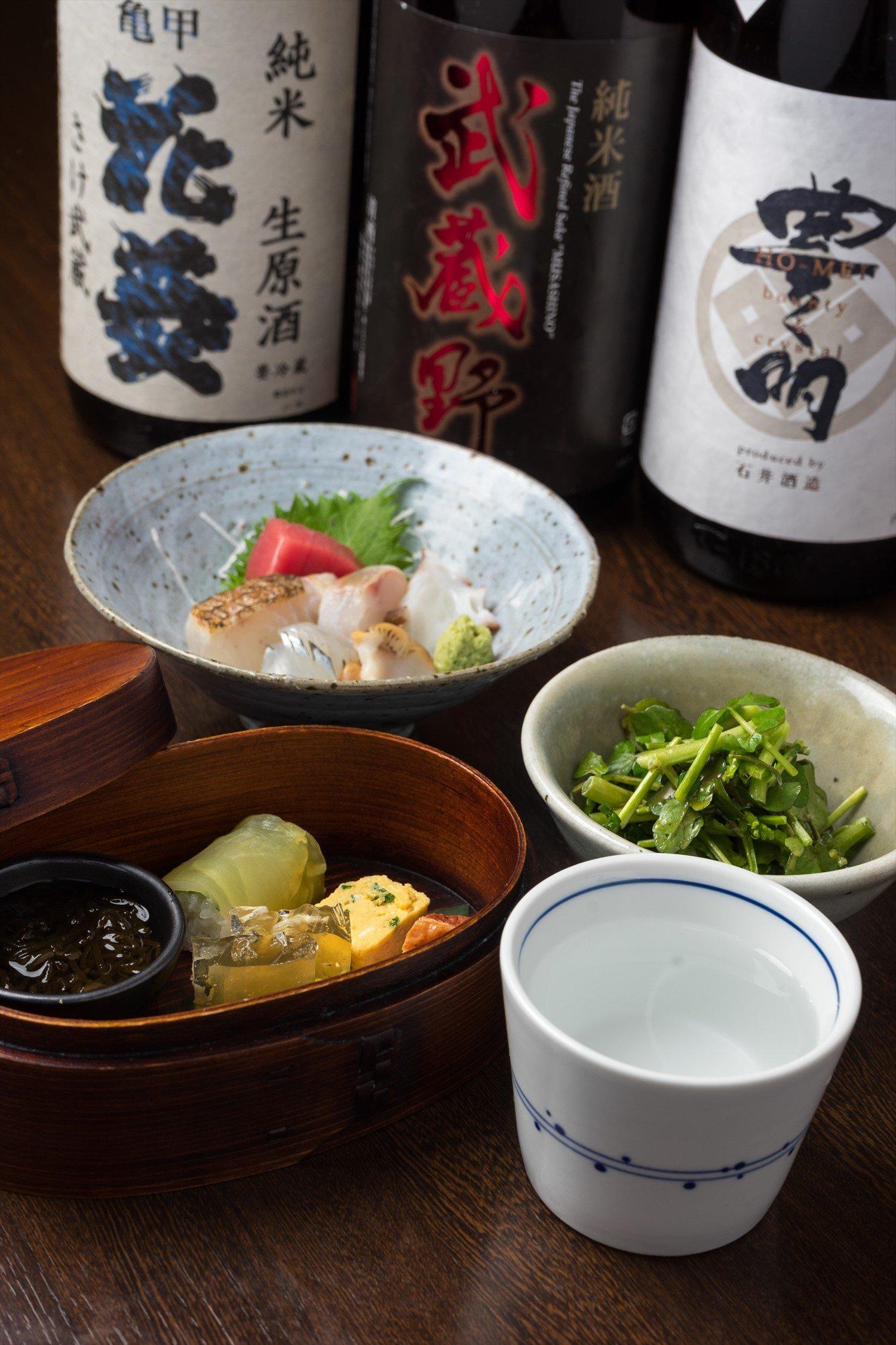 好きな飲み物(日本酒は120ml)と小鉢、刺し身、お通し付きで1700円の晩酌セット。「亀甲花菱」、「武蔵野」、「豊明」など酒の単品は120mlで550円(夜は+消費税)。