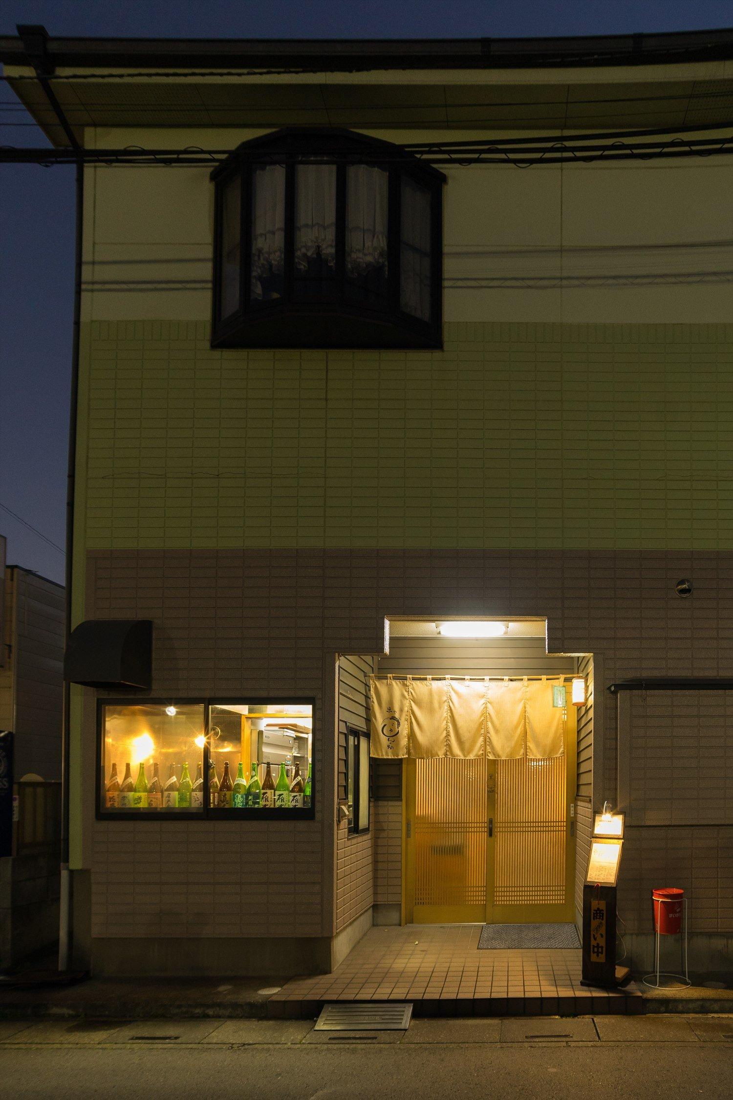 駅から離れた住宅地に佇む店。店内は終日禁煙。