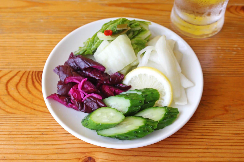 左から時計回りに、柴漬け、白菜の昆布漬け、玉ねぎのレモン漬け、きゅうりのぬか漬け