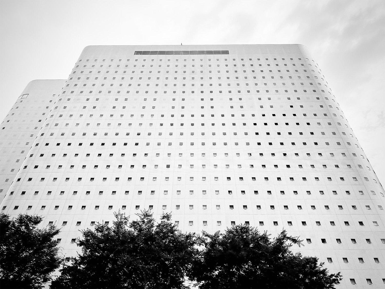 ぬりかべのような新宿ワシントンホテルは1983年開業。