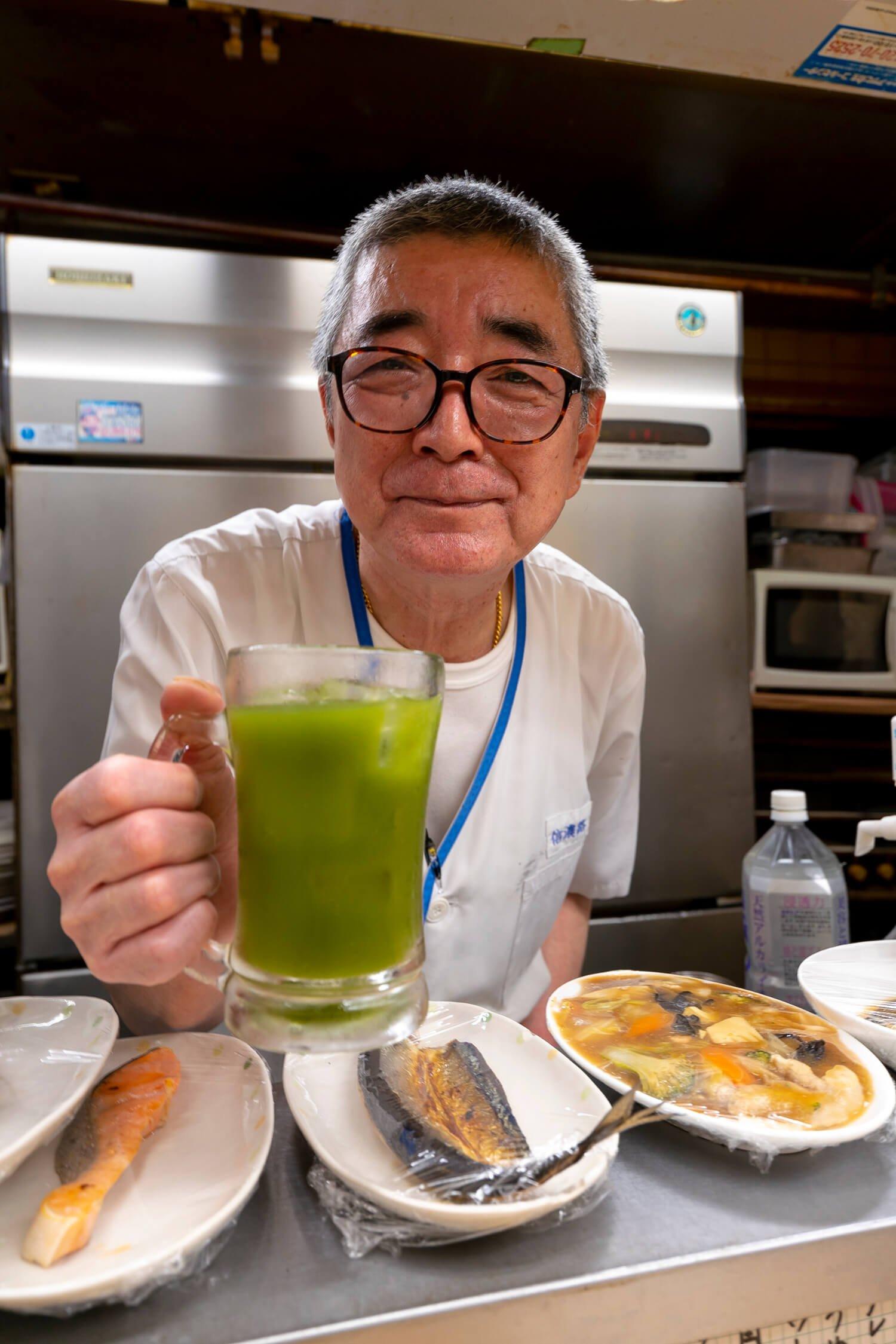 青汁サワー350円。聞き上手の関さんは信濃路歴40年以上。