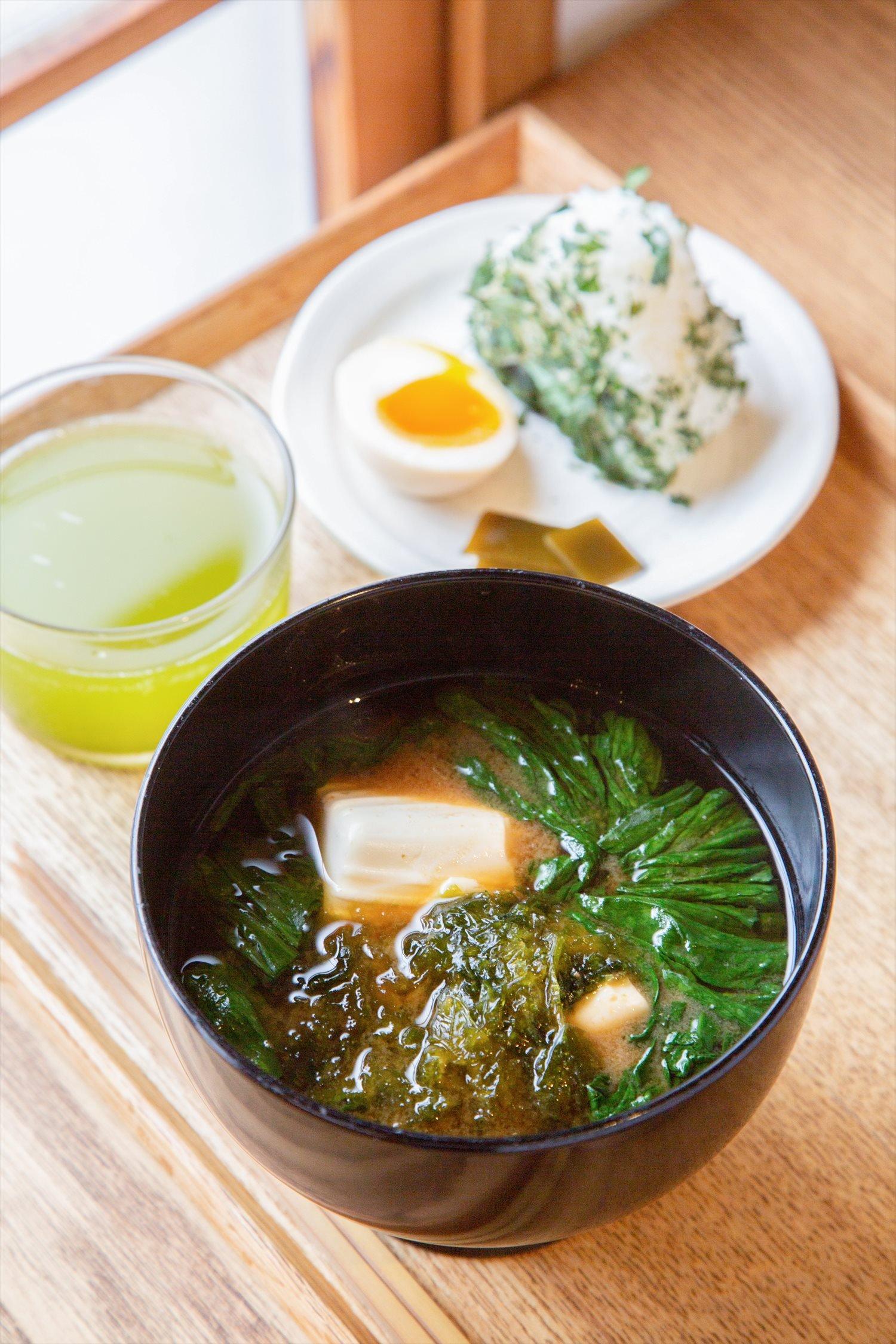 豆腐とホウレンソウ、あおさの味噌汁と塩むすびのセット600円。
