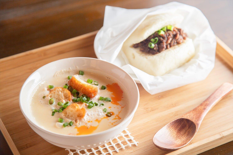 鹹豆漿(左)490円と饅頭夾魯肉(マントゥジャールーロー)390円。饅頭は、ゆでた鶏肉を挟んだバージョンも。