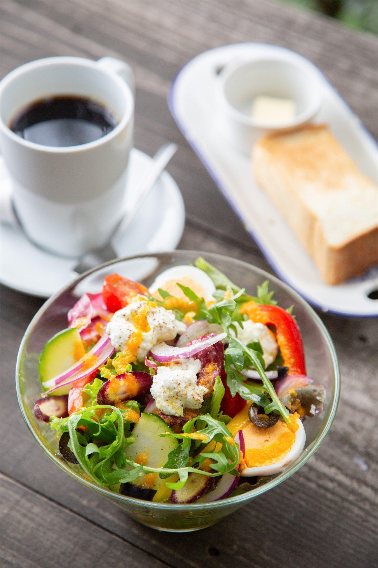 ガーデンサラダのカフェセットは自家製パンのトースト付き1100円。