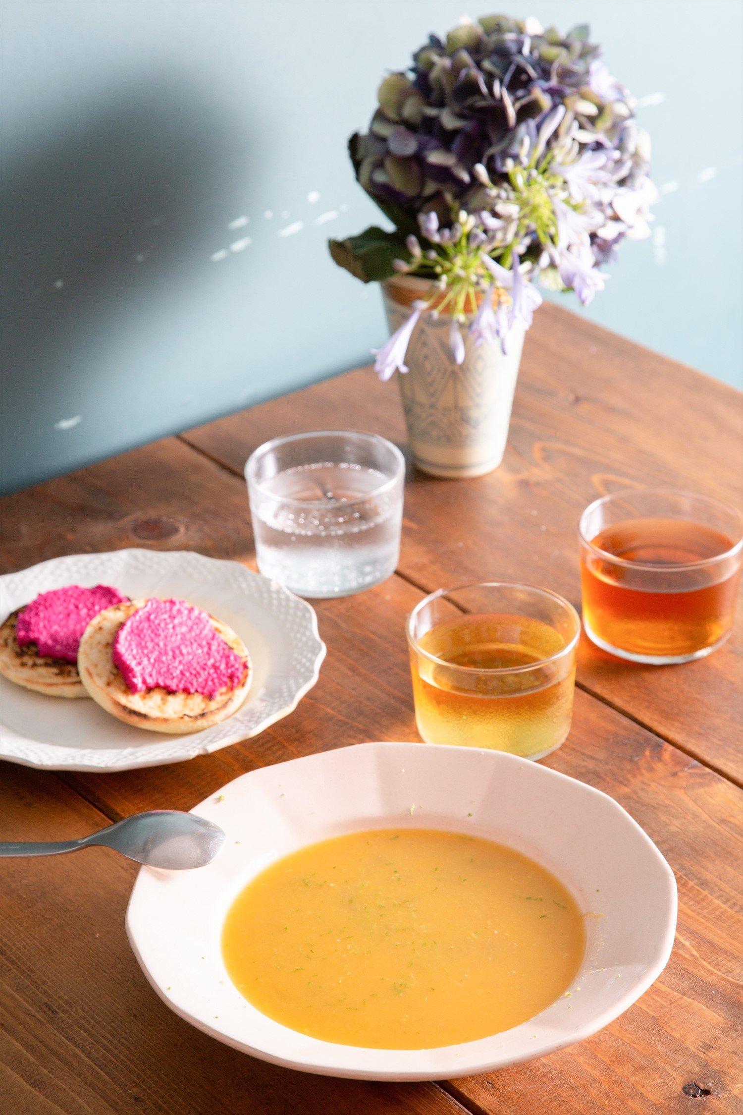 冷製オレンジとルバーブのスープ、鮮やかなピンクのビーツクリームパン。