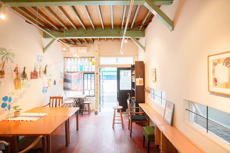 窓の部分や梁の色など、手作業で改修した名残のある店内。おひとり様大歓迎。
