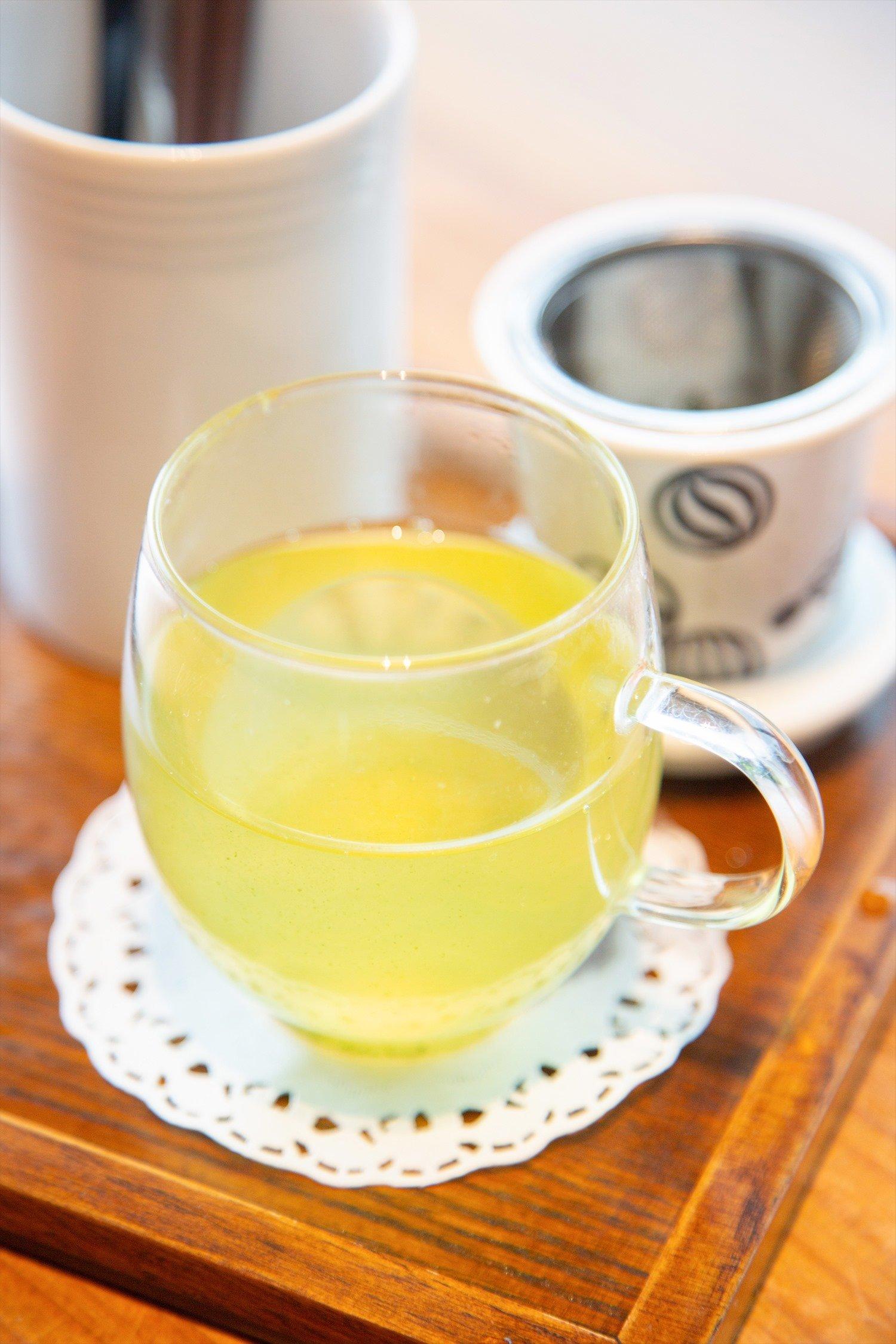 セットの日本茶は温茶か冷茶を選ぶ。