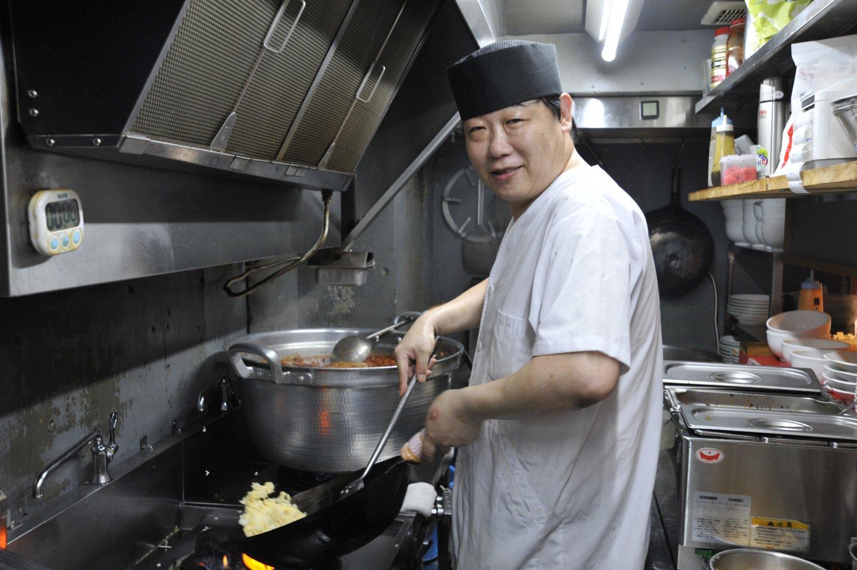 「本店に比べて麺や台湾ミンチの量が多いです」と調理スタッフの王勝斌(おうしょうひん)さん。
