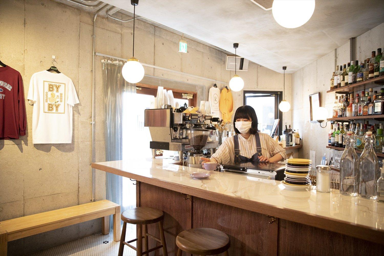 同級生3人で共同経営。江川さんはカフェ担当で、夜はバーにも。